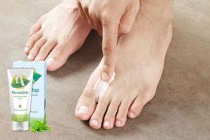 Нанесение мази на пальцы ног